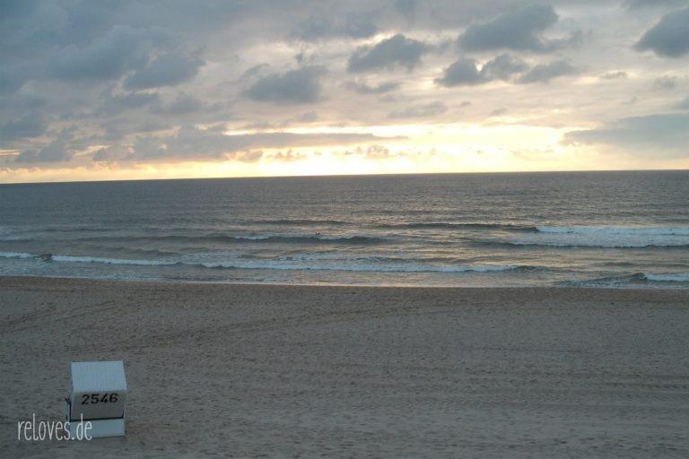 einsamer Strandkorb im Sonnenuntergang