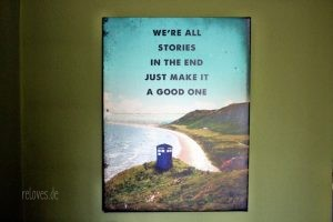 Wohnzimmerumgestaltung mit Posterlounge Motiv Dr. Who Tardis