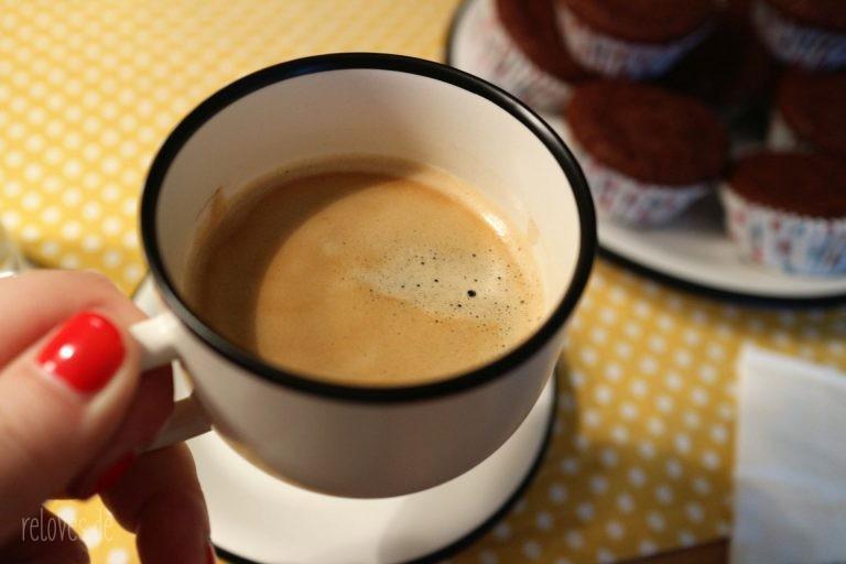 Mrs. Reloves liebt Kaffee