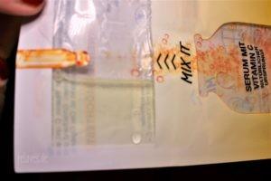 Serum, welches nicht von dem Fließ aufgenommen wird und somit in der Verpackung der Garnier SkinActive Fresh Mix Tuchmasken verbleibt